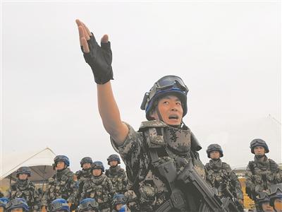 正在为战友讲解示范相关执勤课目的米秀刚。姜东坡 摄
