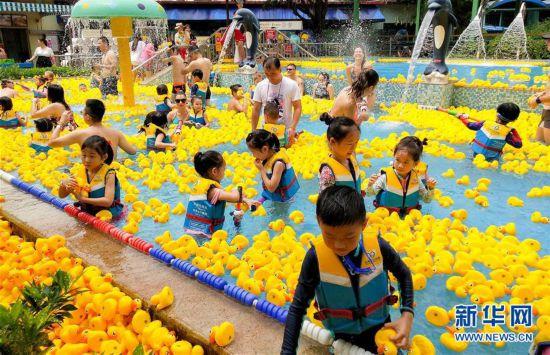 (社会)(5)广州:与小黄鸭同戏水