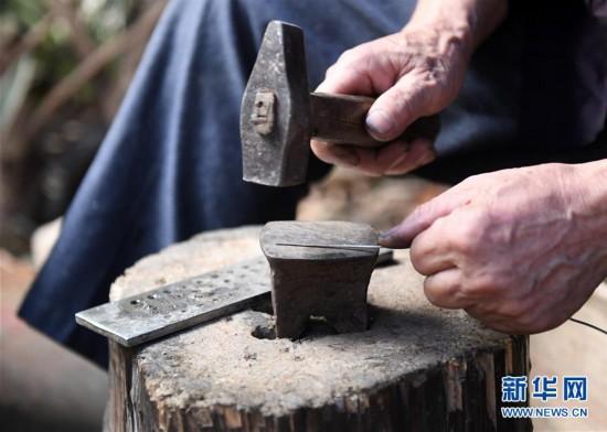 (社会)(3)苗族银饰:千锤百炼出瑰宝