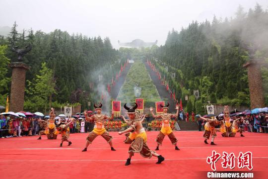 湖北神农架:千余名信众雨中祭神农--云南频道--人民网