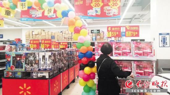 """""""六一""""儿童节将至,长沙各大商场纷纷推出儿童商品促销活动。长沙晚报全媒体记者 刘捷萍 摄"""