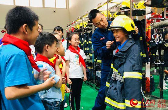 """天津市南开区:少年儿童走进消防队过别样""""六一"""""""