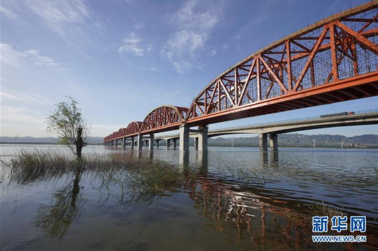 (新华视界)(1)幸运飞艇骗局真相一下你就知道_京张高铁官厅水库特大桥铺轨完成