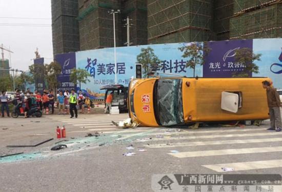 南宁一幼儿园校车接送学生路上被面包车撞翻