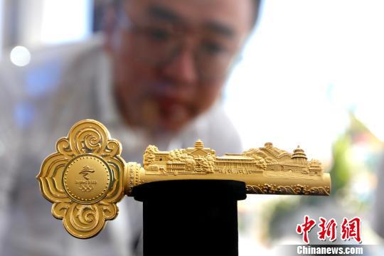 """5月31日,""""传承与创新―北京2022特许经营论坛""""在北京举办。图为北京冬奥组委在论坛上发布的特许商品新品――""""激情冬奥金钥匙""""。(完) 富田 摄"""