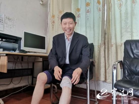 """泗洪一基层工作人员在腿上绑石子止痛""""不掉队"""""""