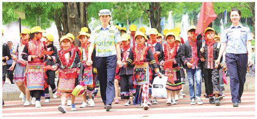 广西百色:交警带领孩子们感受礼让斑马线