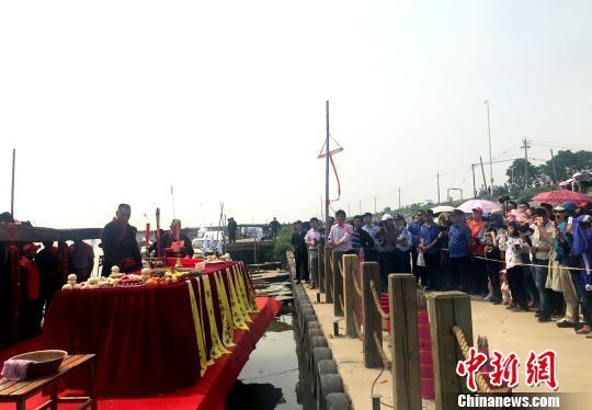 江苏邵伯湖开捕 渔家人演绎传统捕捞技艺