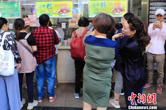 民众排队购买粽子。 殷立勤 摄