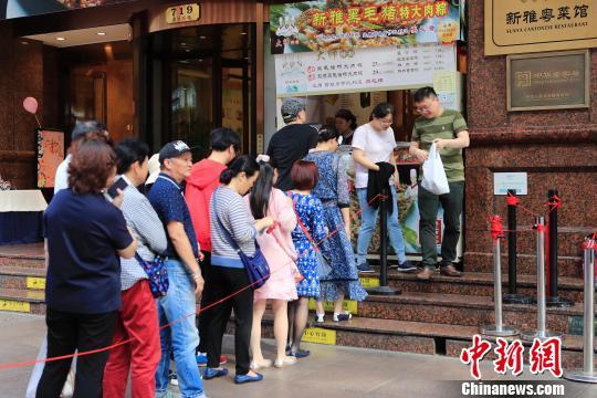 民众排队购买上海老字号生产的粽子。 殷立勤 摄