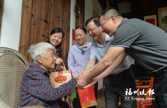 福州鼓楼区举办端午节活动 108岁老人喜尝爱心粽