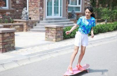 田亮晒女儿玩滑板近照森碟身穿白色短裙十分貌美