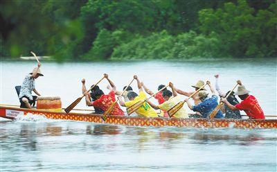 在海南,临海沿江的地区多半都有赛龙舟的习俗,有些地方还有祭祀、洗龙水、祈福等自古流传的民间活动。
