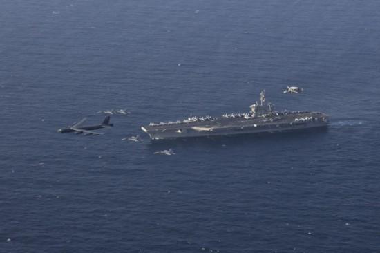 """美军核航母与核轰炸机""""联合打击""""威慑伊朗"""