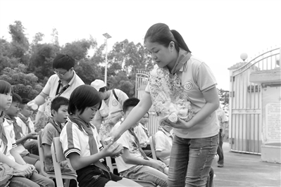 贵港日报社等单位开展爱心助学公益活动