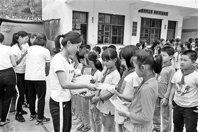 港南区扶贫移民局为贫困儿童送来慰问品和慰问金