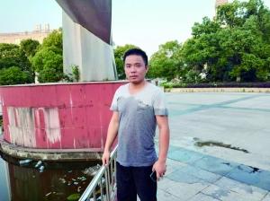 泰州一男童掉入景观池 小伙百米冲刺跳水救人