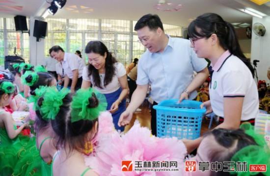 """韦韬与少年儿童共庆""""六一"""" 向孩子们致以节日问候"""