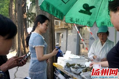 """扬州七旬老太摆摊卖手工食品 """"圈粉""""一批回头客"""