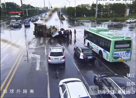 镇江扬中一搅拌车抢黄闪撞上出租车 市民抬车救人