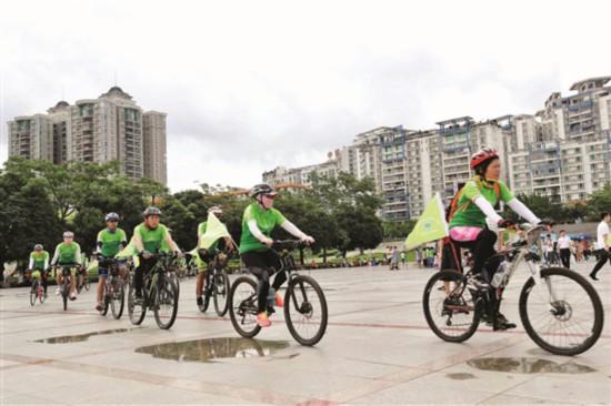 市民绿色骑行宣传环境保护。 惠州日报记者张艺明 摄