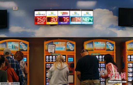资料图:美国加州边界上一家便利店内,彩民正在购买彩票。