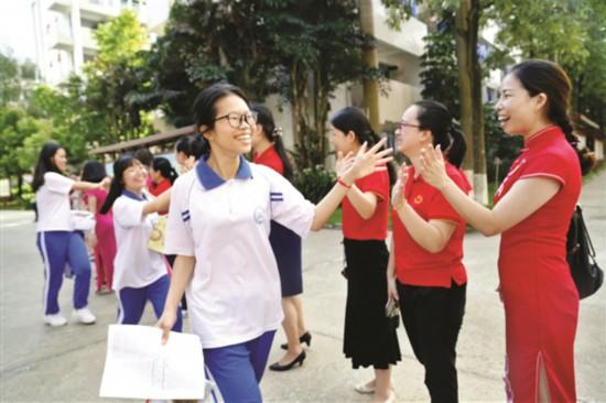 ▲市综合高级中学考点老师为考生送考。