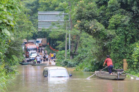 融水贝江出现超警戒水位 部分道路被洪水淹没(图)