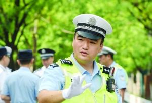 """南京一交警护考英语听力14年 家长称他""""暖心哥"""""""
