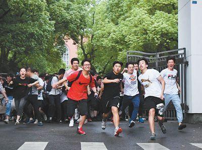 8日、大学入試が終わり、試験会場の一つである湖南省長沙市第一中学を出る受験生たち。同日、全国の一部地域で2019年全国統一大学入試が終了した(撮影・薛宇舸)。