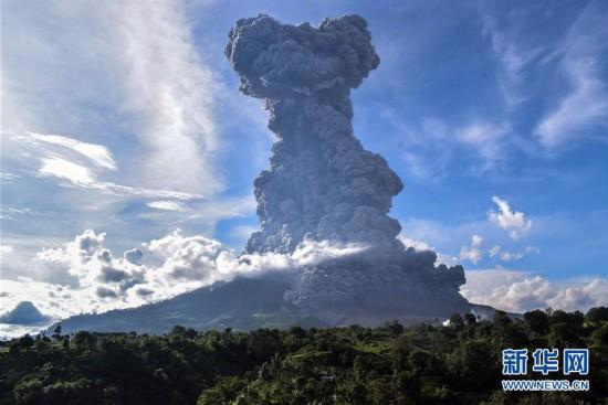 印尼锡纳朋火山沉寂400年喷发