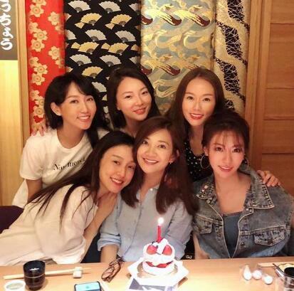 梁静茹与范玮琪等姐妹庆祝生日笑容甜美气色超好
