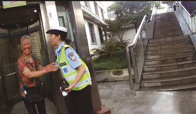 老人从电梯出来后感谢交警