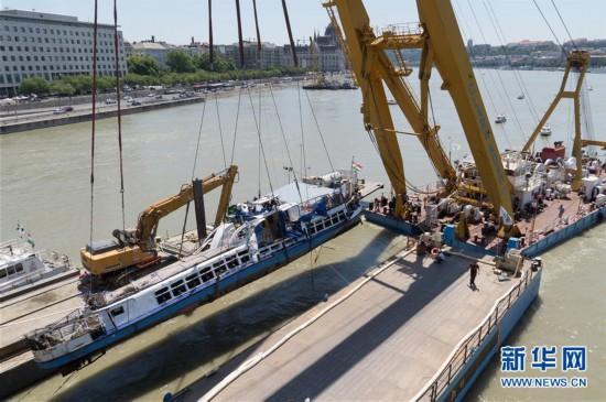 (国际)(1)匈牙利打捞失事游船
