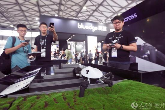 6月11日,2019亚洲消费电子展现场,工作人员正在演示六足可编程机器人HEXA。王初 摄