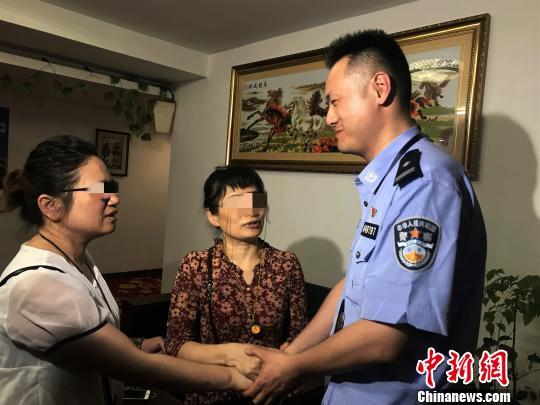 """母亲寻女5年无果求助民警不到24小时寻回""""喜相逢"""""""