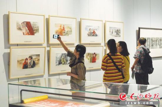 6月12日,中国艺术新视界巡展在长沙博物馆开幕,吸引众多市民观看。  长沙晚报全媒体记者 邹麟 摄