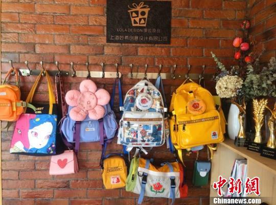 「蘿拉」オリジナルデザインのバッグ(撮影・申海)。