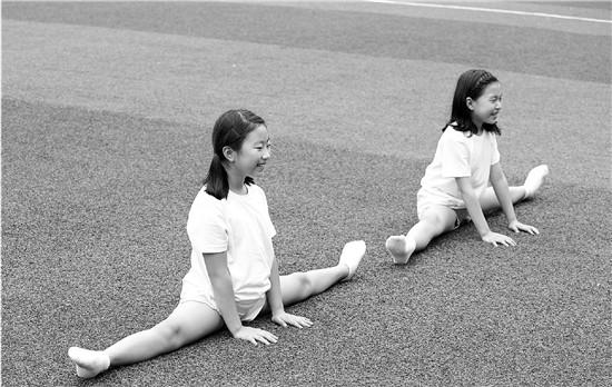 小学二年级体育课考劈叉 没练过舞蹈怎么办