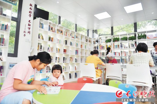24小时自助书屋是专门为社区居民丰富业余生活而建。长沙晚报全媒体记者 余劭�� 摄