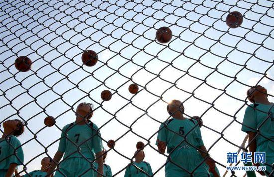 #(图片故事)(1)山里丫头的足球梦