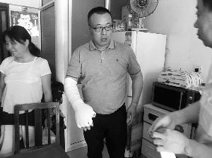 无锡江阴公交司机两闯火场 背出老人关闭阀门