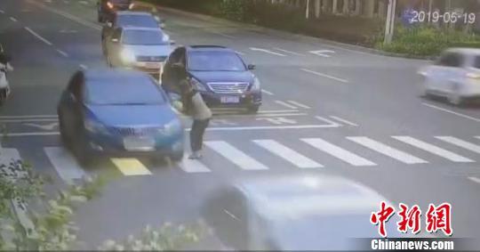 77岁婆婆过斑马线被撞倒陌生人下车救人