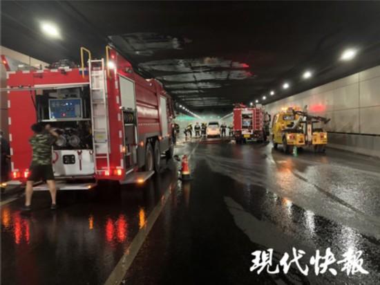 南京长江隧道一面包车突发自燃 导致交通受阻