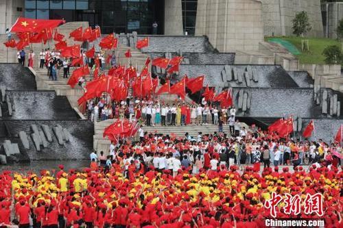 安徽黄山2000余人快闪歌唱祖国