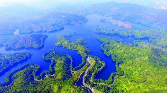▲红花湖绿道蜿蜒在青山绿水间。    惠州日报记者杨建业 摄