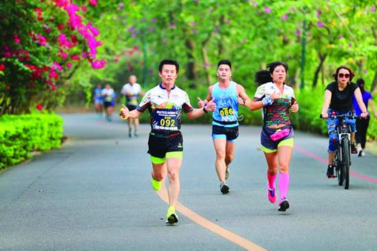 ▲红花湖绿道总长18公里,是市民徒步骑行好去处。    惠州日报记者李松权 摄