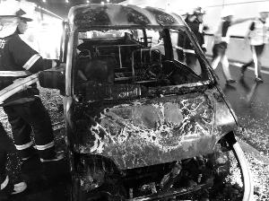 南京长江隧道内一面包车自燃 未造成人员伤亡