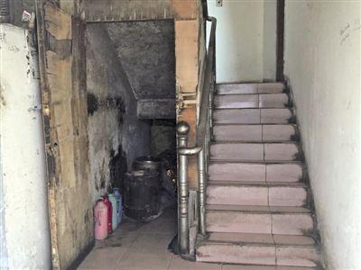 靖江一住宅楼底楼通道里使用煤球炉存安全隐患
