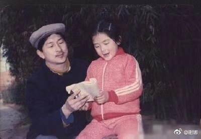 """谢娜童年拿着书与父亲合照 被何炅调侃""""摆拍高手"""""""